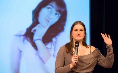 Zlata houdt een PechaKucha presentatie over vioolspelen